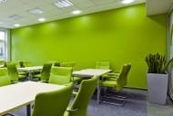 przestrzeń biurowa z zielonymi krzesłami i zieloną ściną