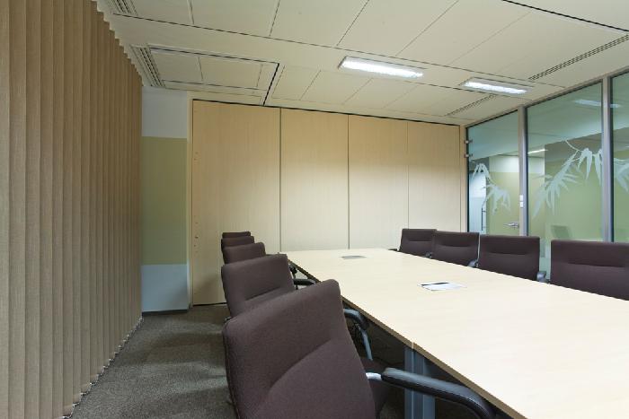 sala konferencyjna z szarymi fotelami OKI Printing Solutions Sp. z o.o.
