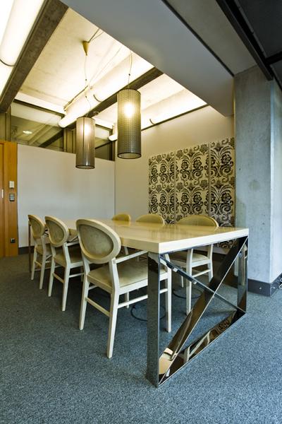 Giełda Papierów Wartościowych, stolik i krzesła