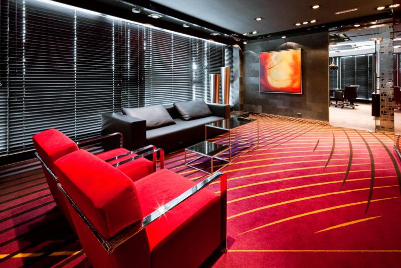 Alior Bank S. A., czerwone fotele