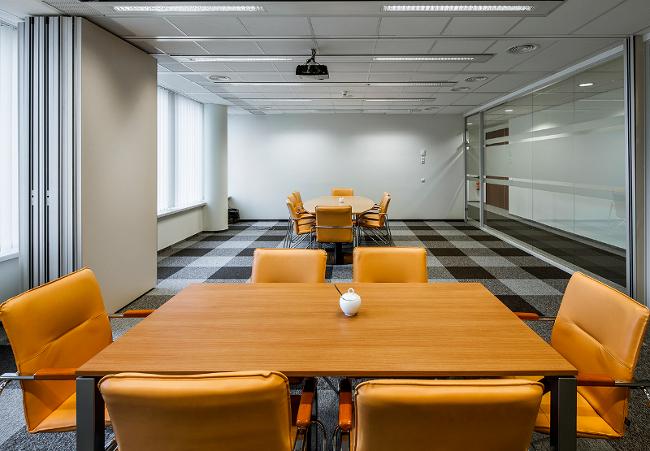 Grupa GrECo, stół z fotelami, biuro