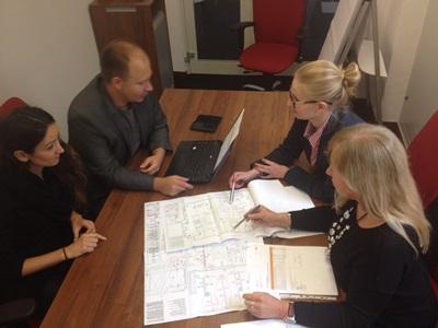projektanci biur podczas pracy