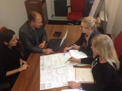 projektanci biur przy stole w czasie pracy