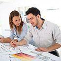 kobieta i mężczyzna przy projektach biur