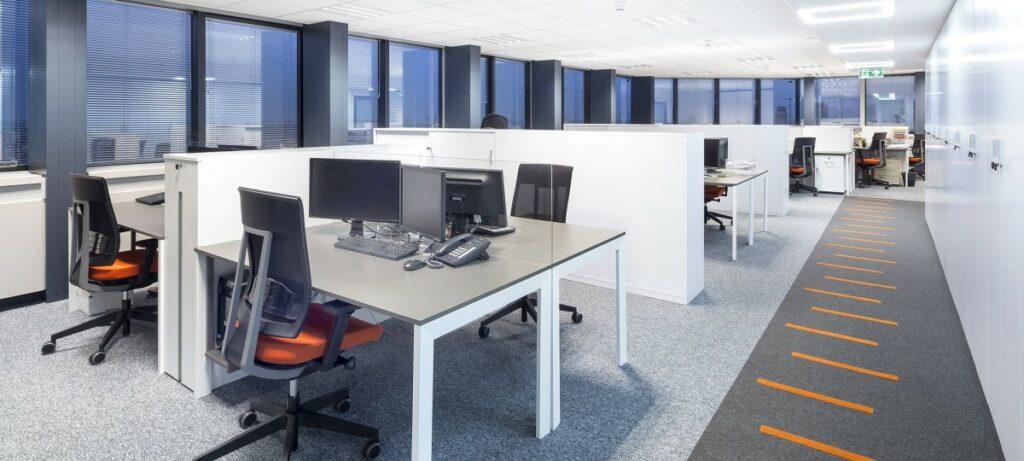 przestrzen biurowa typu open space–wady i zalety 1024x461 - Przestrzeń biurowa typu open space – wady i zalety